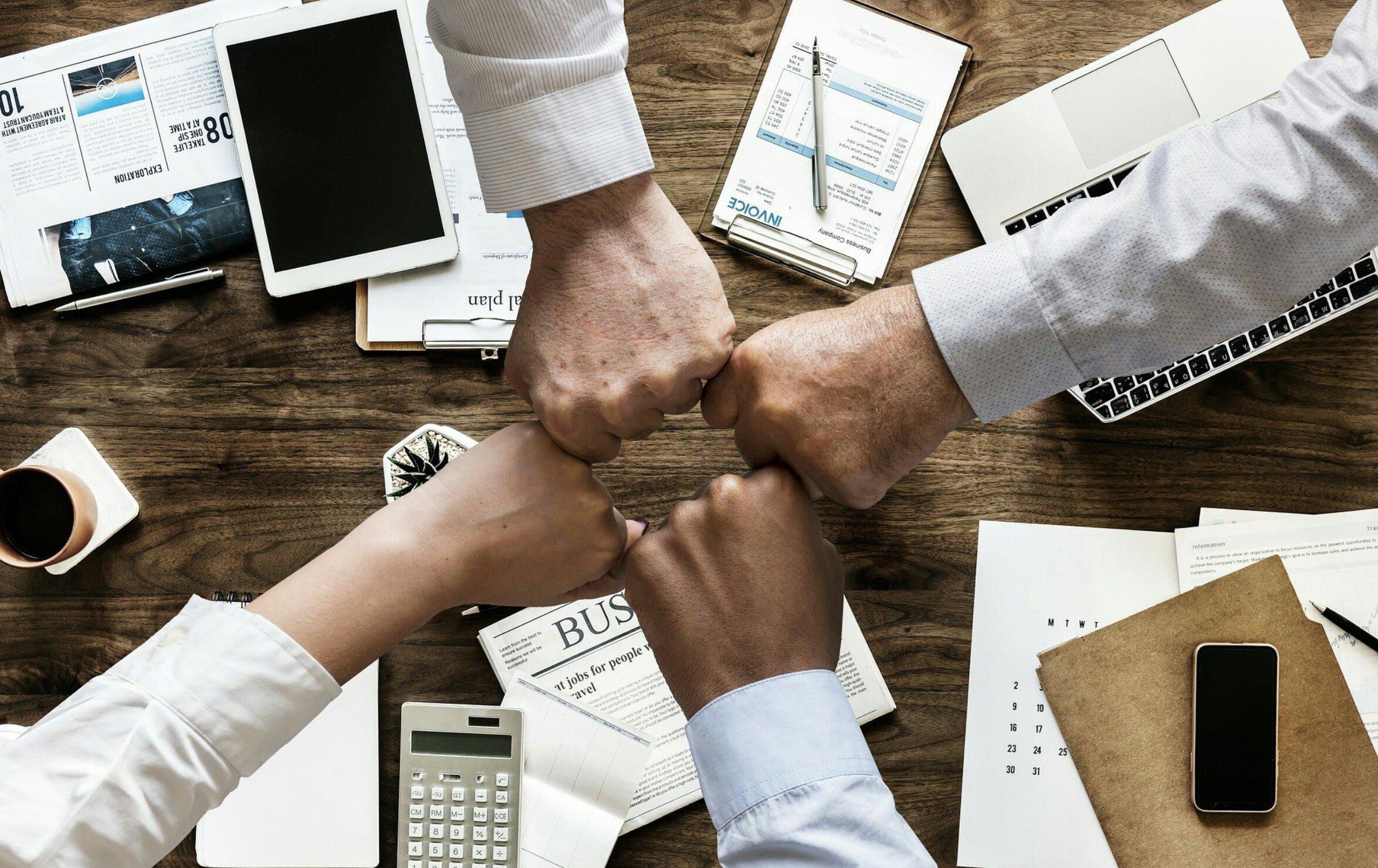 businessboost werkgeluk handen bij elkaar