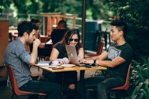 millennials lachen bij een tafel